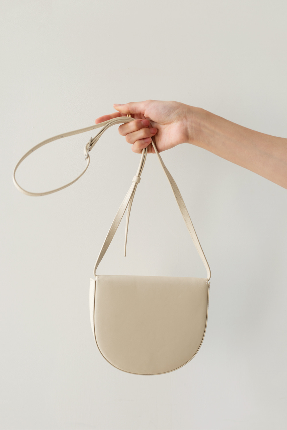 9252_Closing half moon bag